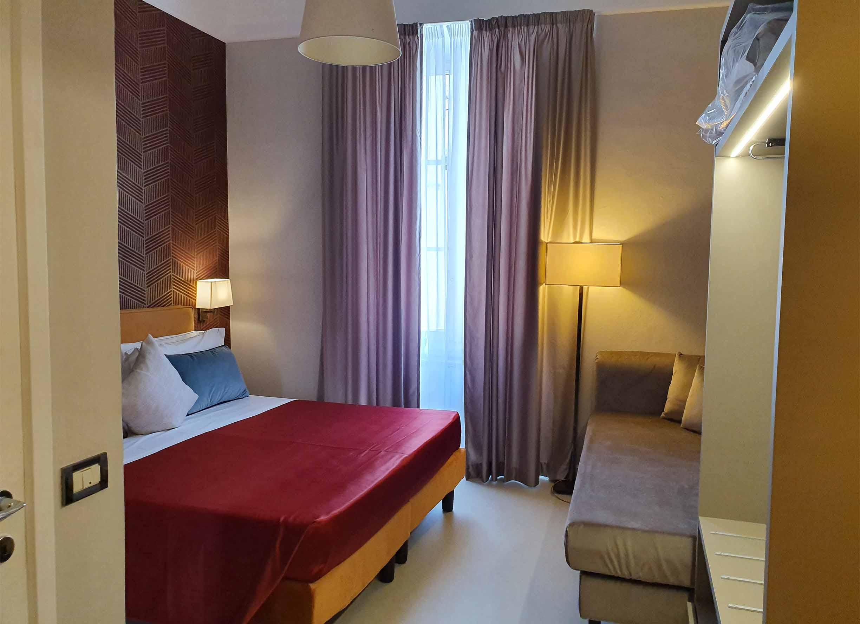 deluxe double_0003_angolo visuale letto divano armadio lampadario notte relax aria condizionata