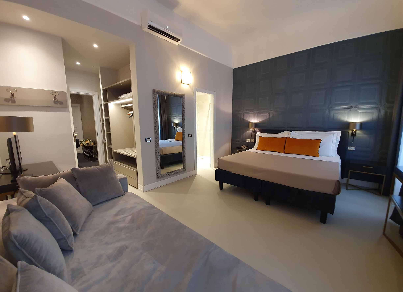 junior suites firenze centro hotel_0000_TV led satellitari specchio letto divano muro lampadario cucina armadio cuscino