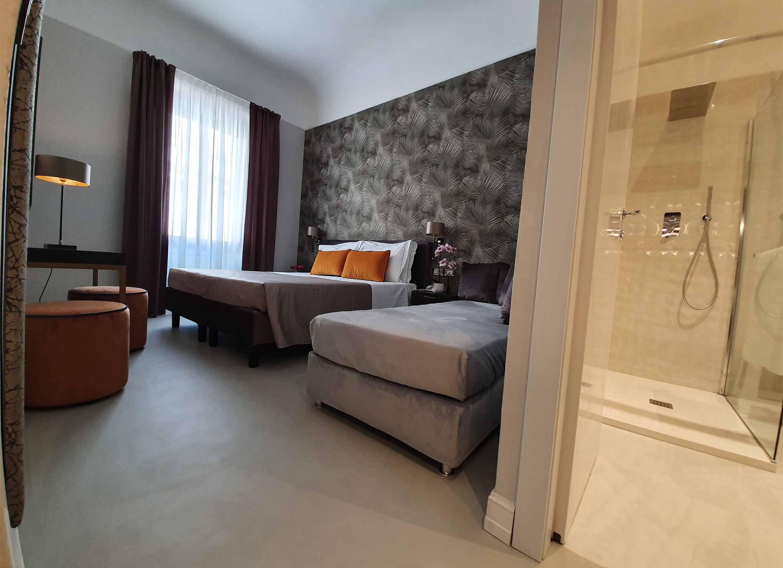 junior suites firenze centro hotel_0001_letto finestra bagno sole fiore lampadario vasca parete firenze centro