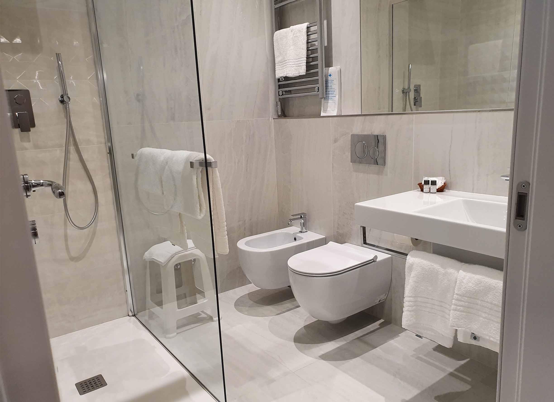junior suites firenze centro hotel_0006_centro toscana firenze bagno asciugamano doccia lavandino sapone profumo pulito