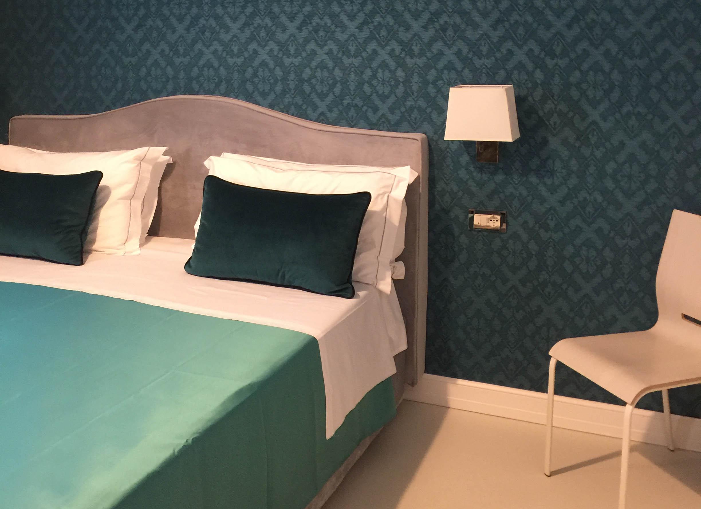 _0003_deluxe duble cuscino lenzuola lampadario muro colorato sedia relax